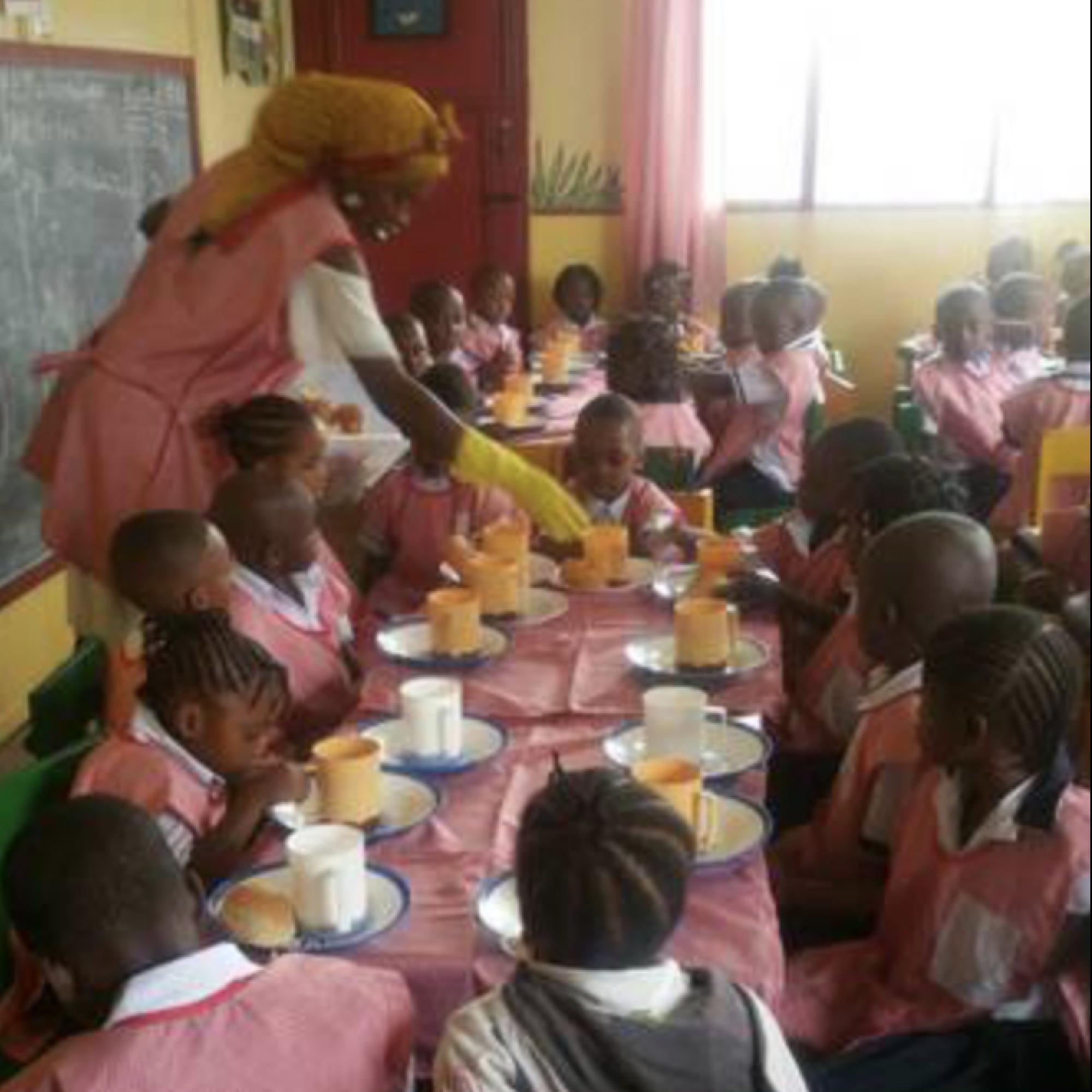 Großzügige Spende sichert ein Jahr lang tägliche Mahlzeit für Schulkinder