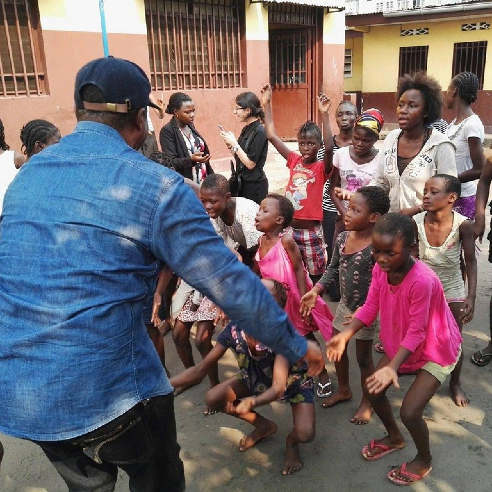 Paul Balenza mit Schülern in Kinshasa